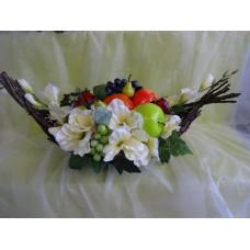 Laiva ar ziediem un augļiem